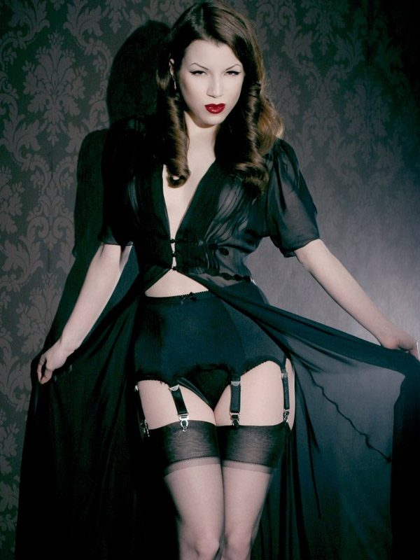 Kiss Me Deadly Van Doren 8 Straps Black Garter Belt